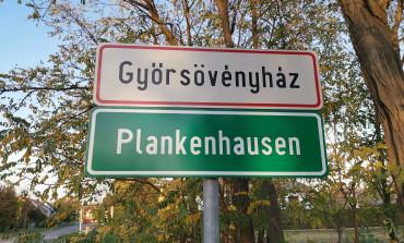 Deutschsprachige Ortsschilder in Plankenhausen/Győrsövényház