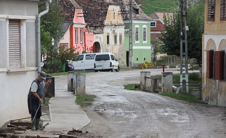 Am Scheideweg – Zeitzeugen berichten über den Alltag der rumäniendeutschen Gemeinschaft vor und nach der Wende